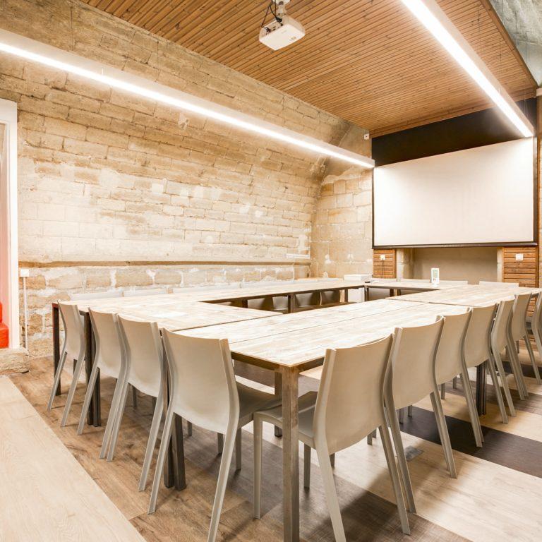 Salle de réunion STRAVINSKI 22 pers - myCowork Beaubourg 3 - espace de coworking Paris4 - implantation U - réunion d'équipe