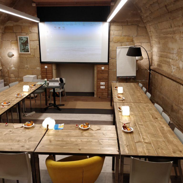 Salle de réunion STRAVINSKI 22 pers - myCowork Beaubourg 3 - espace de coworking Paris4 - implantation U - cours de français