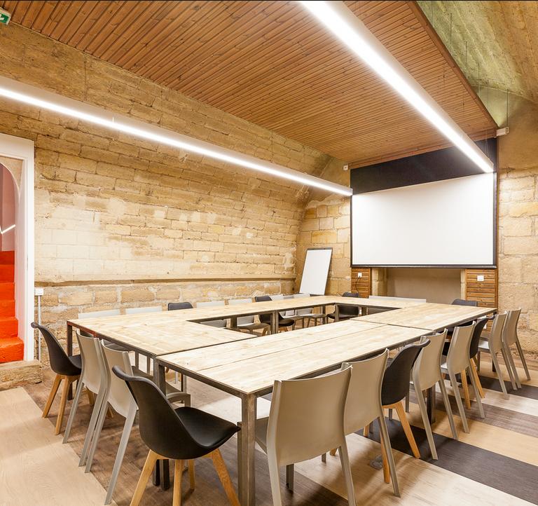 Salle de réunion STRAVINSKI 22 pers - myCowork Beaubourg 3 - espace de coworking Paris4 - implantation U - réunion