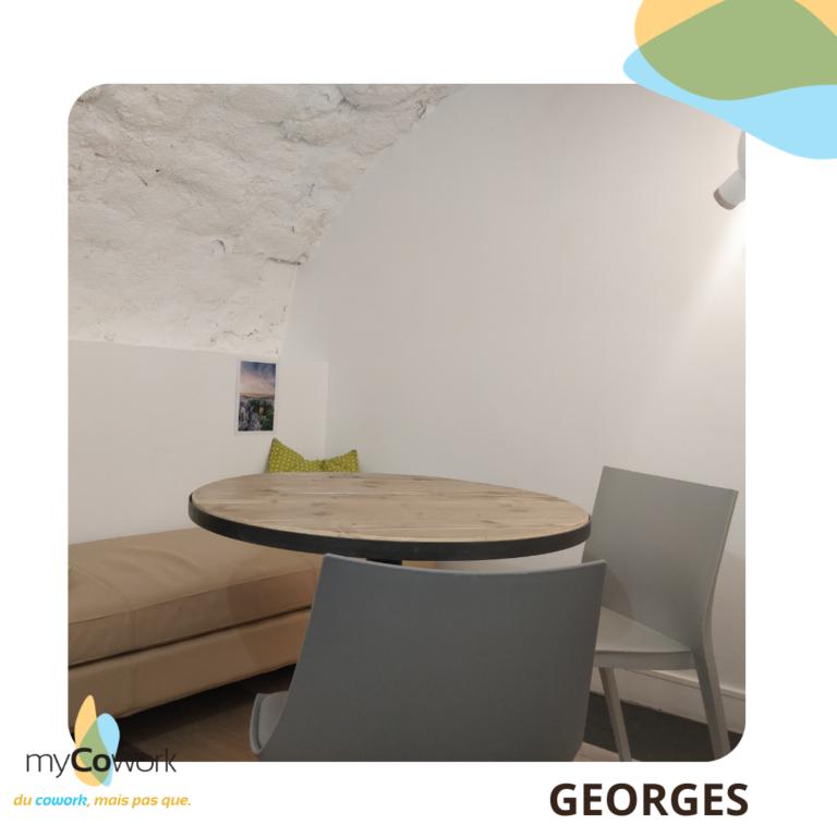 SALLE GEORGES AVEC CANAPE, CHAISES ET TABLE RONDE - petite salle en sous-sol pour 1 à 2 personne