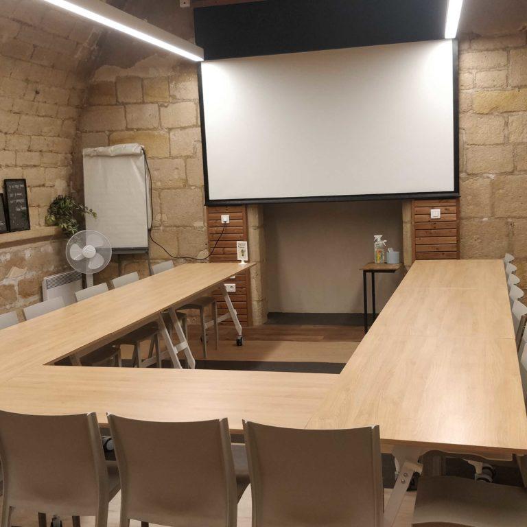 Salle de réunion STRAVINSKI 22 pers - myCowork Beaubourg 3 - espace de coworking Paris4 - tables pliables et rangeables