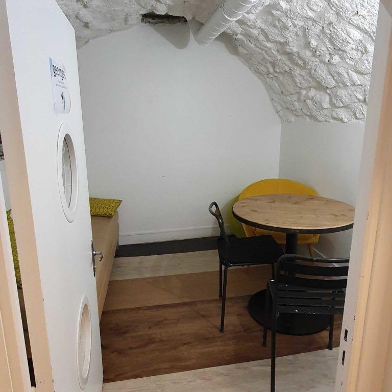 salle de réunion GEORGES avec table, chaises et banquette